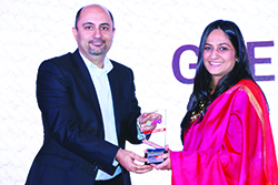 GEETU BHATNAGAR, CMO, ORACLE INDIA RECEIVING ENTERPRISE IT CMO AWARDS 2017 FROM BHARAT B ANAND, CTO & CIO, MINISTRY OF HOME AFFAIRS, GOVT. OF INDIA