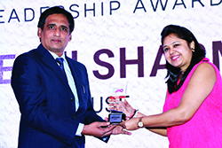 DEEPTI SHARMA, MARKETING HEAD, SUSE RECEIVES EMERGING CMO AWARD 2017 FROM SANJIB MOHAPATRA, PUBLISHER, ACCENT INFO MEDIA.